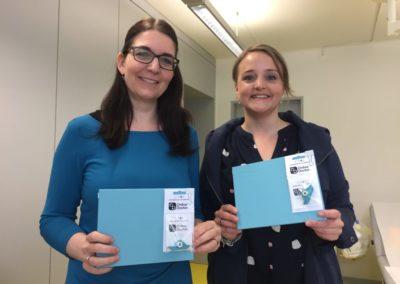 Schreibereien – Die Macherinnen Katja Seifried und Janine Hartmann mit den ersten Exemplaren – und dem innovativen iCROS-Kamera-Aufsatz
